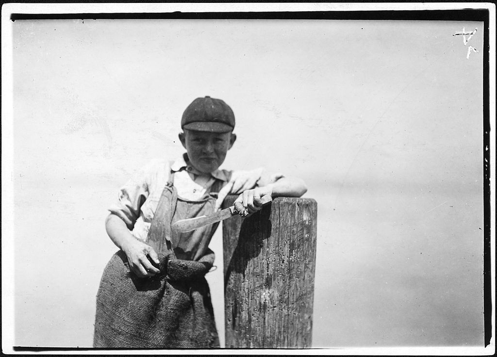 1024px-Butcher_knife_used_by_Ralph,_a_young_cutter_in_a_canning_factory,_and_a_badly_cut_finger._Several_children_working..._-_NARA_-_523458